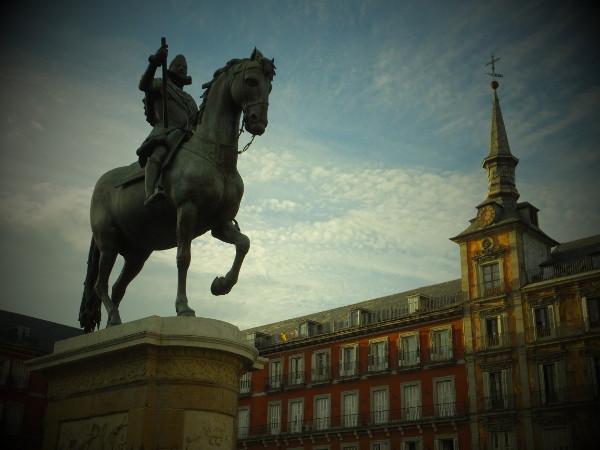 フェリペ3世像とカサ・デ・ラ・パナデリア