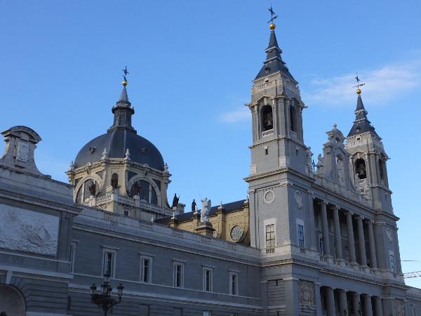 アルムデナ大聖堂01_2日目1マドリード王宮_ある日本人観光客のスペイン旅行記