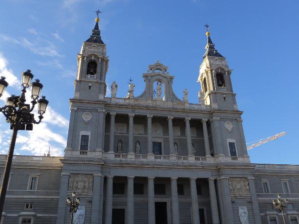 アルムデナ大聖堂00_2日目1マドリード王宮_ある日本人観光客のスペイン旅行記