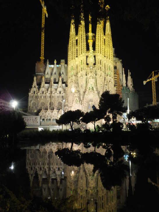池に映る逆さサグラダファミリア00_バルセロナ5-4ある日本人観光客のスペイン旅行記